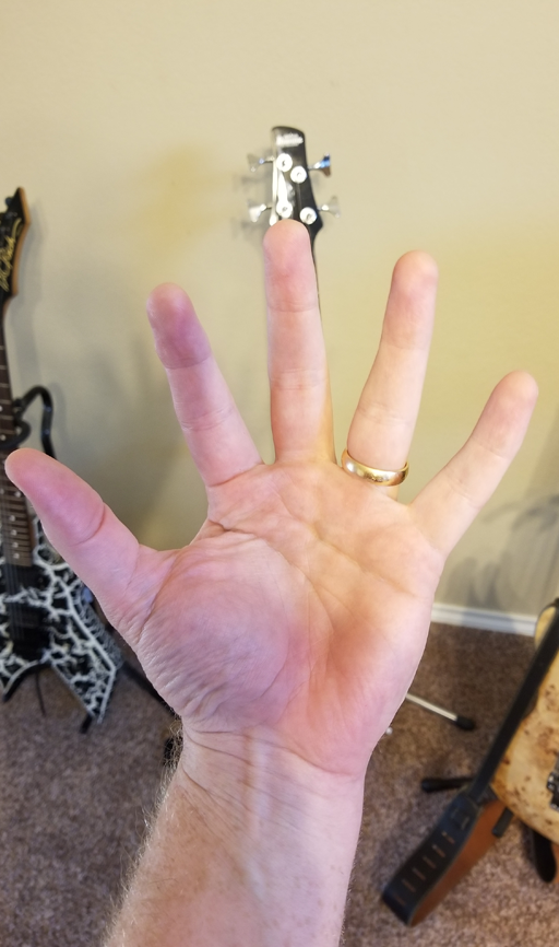 Yamaha-F335-giant-hand